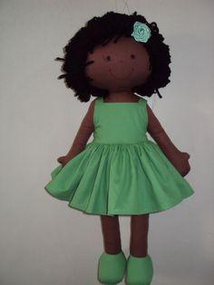 Boneca negra: corpo em tecido com enchimento de fibra siliconizada e cabelos em lã. Vestido em tricoline.