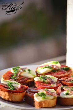Tostada de mozzarella y tomate presentacion