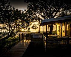 Coucher de soleil au bord de la mer sur la plage privée du camping Corse Merendella