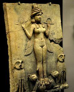 La figura potrebbe mostrare un aspetto della dea Ishtar dea mesopotamica dellamore sessuale e della guerra sorella di Ishtar e rivale la dea Ereshkigal che governava il mondo sotterraneo o demone Lilitu conosciuta nella Bibbia come Lilith. La placca si trovava probabilmente in un santuario. Antica epoca babilonese 1800-1750 A.C. del sud dell'Iraq (luogo di scavo è sconosciuto) Mesopotamia Iraq. (Il British Museum Londra)  The figure could be an aspect of the goddess Ishtar Mesopotamian…