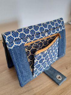 Portefeuille Compère en jean et imprimé géométrique cousu par Corinne - Patron Sacôtin