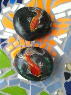 Painted Beach Rock Fish by CallThatArt on Etsy Koi Painting, Pebble Painting, Pebble Art, Stone Painting, Rock Painting Ideas Easy, Rock Painting Designs, Painted Rocks Kids, Painted Fish, Painted Stones