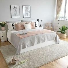 chambre grise et rose, enduit mural gris, lampe de chevet noire, coussins roses et tapis gris