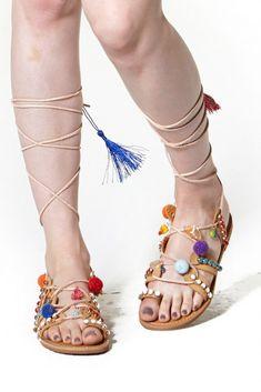 324dbc8077 Sapatos de tendência  43 das mais belas sandálias planas para o verão de  2017 .