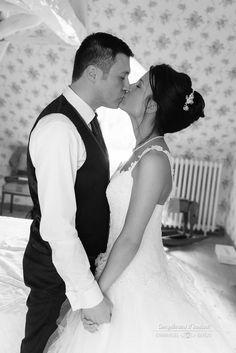 Un baiser pour sceller le mariage avant la #cérémonie - Emmanuel Baron - Complément d'Instant - Photographe de mariage - #mariage #wedding