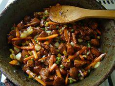 Ismét egy kis újdonságra, változatosságra vágytam. Rég ettem kínait, és megjött a kedvem hozzá. Nem teljesen olyan, mint a gyorséttermekben ... Kung Pao Chicken, Chinese Food, Pot Roast, Nom Nom, Food And Drink, Tasty, Beef, Cooking, Ethnic Recipes