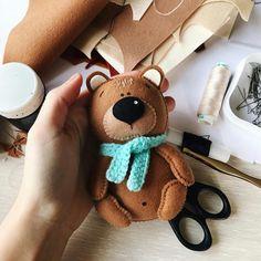 Felt Animal Patterns, Felt Crafts Patterns, Stuffed Animal Patterns, Handmade Toys, Handmade Crafts, Diy And Crafts, Bear Felt, Felt Christmas Decorations, Fabric Toys