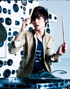 He will make you love him with his stick drum Korean Shows, Korean K Pop, Korean Star, Korean Men, Korean Drama, Kang Min Hyuk, Lee Jong Hyun, Jung Yong Hwa, Lee Jung