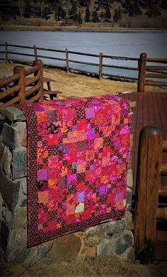 Red River Valley Quilt: Een ander Kaffe collectieve geïnspireerd quilt. Deze quilt is gemaakt van zowel nieuwe als uit productie stoffen, ontworpen door Brandon Mabley, Kaffe Fassett en Phillip Jacobs in diep rood, sinaasappelen, roze, paars, fuscia, teal, en groene tinten. De steun en bindt deze quilt zijn gemaakt van Kaffe van kool en Rose weefsel. Dit is het perfecte cadeau voor iedereen, of voor iemand die wil gewoon zichzelf verwennen met een dramatische verklaring in hun huis.  Deze…