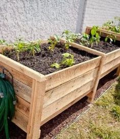 Make easy raised garden beds from 2 pallets ~ frames are built from the pallet runners and a vertical dado is cut on either side in which the horizontal side panels slide into. This proves to be very helpful when filling with soil. Just take the front pan Diy Planter Box, Diy Planters, Garden Planters, Pallet Planters, Pallet Fence, Diy Pallet, Building A Raised Garden, Raised Garden Beds, Raised Beds