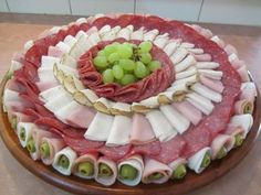 ideas for cheese platter presentation display entertaining Meat Cheese Platters, Meat Trays, Meat Platter, Food Platters, Deli Tray, Charcuterie Platter, Cuisine Diverse, Sandwich Cake, Food Displays