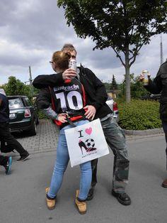 """Wow, was für ein Jubel! Wir waren bei Eintracht Frankfurt gegen Bayer 04 Leverkusen, haben tausende 12te FRAU-Shoppingbags verschenkt und Euch in Action fotografiert. Das schönste Jubelbild bekommt die Chance auf ein handsigniertes Trikot unserer Nationalmannschaft! Also drückt """"Like"""" und stimmt ab, wer am schönsten jubelt ;)"""