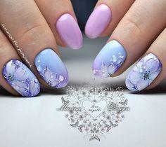 uñas degradado rosa y lila, diseño flores mano alzada