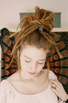 Hippie Dreads, Dreadlocks Girl, Dread Braids, Dread Bun, Dance Hairstyles, Dreadlock Hairstyles, Pretty Hairstyles, Hairstyles Haircuts, Half Dreads