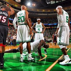 KG responds to a hard foul with a few knuckle push ups. Yeah, I wouldn't want to mess with him. #Celtics #CelticsBlog