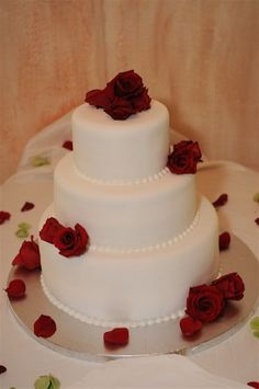 White wedding cake with red roses by Algarve Wedding Planners | My Portugal Wedding | Portugal Luxury Weddings