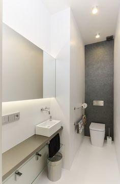 Úzkou toaletu opticky rozšiřuje velké zrcadlo s podsvícením.