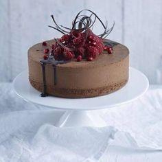 Chokladtårta med chokladmoussefyllning New Year's Desserts, No Bake Desserts, Dessert Recipes, Kolaci I Torte, Valentines Food, My Dessert, Cake Decorating Tips, Pretty Cakes, Chocolate Cookies