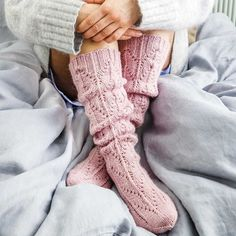 This particular photo is an extremely inspirational and great idea Knitting Socks, Hand Knitting, Knitting Patterns, Knitted Gloves, Knit Socks, Cozy Fashion, Fashion Socks, Cosy Socks, Woolen Socks