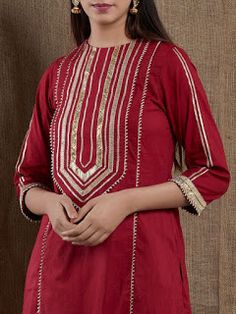 increíbles diseños de cuello kurti con encaje y bordes bling sparkle ! Sleeves Designs For Dresses, Neck Designs For Suits, Dress Neck Designs, Blouse Designs, Pakistani Fashion Casual, Pakistani Dresses Casual, Pakistani Dress Design, Kurti Designs Pakistani, Pakistani Kurta