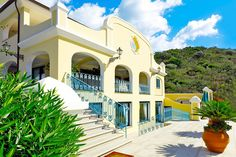 Description: Klein complex met 18 mooie appartementen in Sardijnse stijl  Elegant en comfortabel Residence Il Borgo is klein er zijn maar 18 appartementen elegant en comfortabel ingericht. Het ligt heerlijk rustig er komt nauwelijks verkeer. Een paar winkels en restaurants privé huizen en een enkele ?residenza? meer is hier niet. Op loopafstand van het strand met schitterende verborgen baaien in de buurt en een ongerepte natuur. Geweldig toch?  Wel de lusten niet de lasten Residence il Borgo…