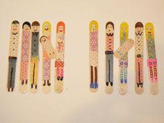 """avec des spatules en bois, des """" scotch fantaisie"""" et    des feutres acrylique"""" Molotow ou Posca"""",    une grande famille est constituée."""