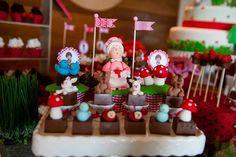 Estava louca para a D. Flor  publicar as fotos desta decoração da chapeuzinho vermelho. A Ana Cláudia montou uma mesa des...