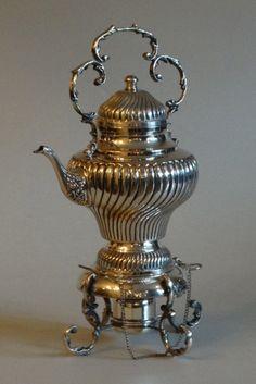 Samovar de metal espessurado a prata. 25 x 43 cm altura.