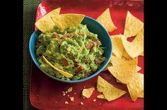 Tradiční mexická omáčka je díky avokádu máslově jemná, chilli papričky a koriandr jí však dodávají ten správně pikantní říz. Oblíbíte si ji. Nachos, Dip, Avocado, Appetizers, Mexican, Ethnic Recipes, Food, Spreads, Cookies