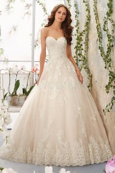 Robe de mariée romantique trapèze sans manche avec dentelle