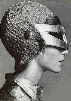 1966 Patou. Peut-être inspirée par le casque d'un gladiateur, cette étrange coiffure du soir est exécutée dans une résille en argent clair.