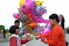 balloon seller and her user