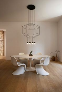 This Roman apartment went through an important conservative intervention that wanted to emphasize the original ancient structure of the building through the addition of modern Interior Design elements: chairs and Wireflow pendant lamp by Chaise Panton, Vitra Chair, Dining Room Lighting, Home Lighting, Luxury Lighting, Lighting Ideas, Modern Lighting, Küchen Design, House Design
