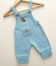 Eerste keer dat ik dit model brei, maar kleur is mijn kleur . Baby Pants Pattern, Baby Boy Knitting Patterns, Romper Pattern, Baby Patterns, Crochet Baby Pants, Knit Baby Dress, Knitted Baby Clothes, Baby Cardigan, Baby Dungarees