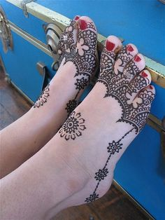 Mehndi designs have been used to brighten the brides feet for a long time. Check out these amazing foot mehndi designs for more! Mehandi Designs, New Mehndi Designs 2018, Henna Tattoo Designs Arm, Cool Henna Designs, Mehndi Design Images, Beautiful Henna Designs, Mehndi Tattoo, Henna Mehndi, Leg Mehndi
