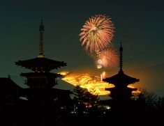 Fireworks at Nara, Japan 奈良市 若草山山焼き 薬師寺 東塔 西塔 : 魅せられて大和路
