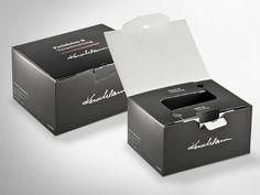 Die innovative Verpackung für 2 x 3 liegende Bordeaux-Flaschen ist die perfekte Kombination zwischen Transport und Geschenkkarton. Platzsparend flach angeliefert, lässt sie sich dank der cleveren Konstruktion einfach aufrichten – ohne weitere Einlagen – und befüllen. Innen und außen großflächig und edel offsetbedruckt ist sie bei Weinkennern ein Hingucker. #dinkhauser #packit! #weinkarton #verpackung Recycling, Container, Packing, Bordeaux, Packaging Design, Paper Board, Flasks, Gifts, Bag Packaging