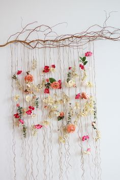 Pin Decor - Just another WordPress site Flower Wall Backdrop, Hanging Flower Wall, Wall Backdrops, Flower Crafts, Diy Flowers, Flower Art, Paper Flowers, Deco Floral, Floral Wall