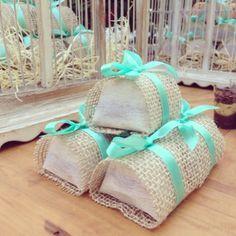 Bem-casados - Na foto acima, opção de embalagem feita em papel, juta e detalhe de fita turquesa, da empresa Rúbia Bem Casados.