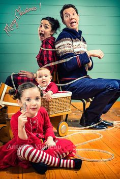 Joyeux Noel de la part de Antoine Violleau Funny Christmas Cards, Christmas Photo Cards, Christmas Baby, Vintage Christmas Photos, Make Funny Faces, Cute Desserts, Family Humor, Funny Cards, Studio