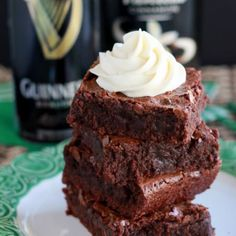 Awesome Baileys Recipes to Get Ready for St. Patrick's Day! An easy recipe for moist, fudgy brownies made with Guinness stout, and topped with Irish cream frosting. Perfect for St. Irish Desserts, Fun Desserts, Delicious Desserts, Dessert Recipes, Baking Recipes, Asian Desserts, Dessert Bars, Baileys Recipes, Irish Recipes