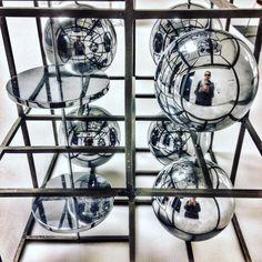 Moltiplicazione.  #fabiomelotti #sculture #sculptures #museodelnovecento #museodel900 #piazzaduomo #Milano  #arte #artecontemporanea #art #comtemporaryart  #igersitalia #igersmilano #volgoitalia #volgomilano #loves_milano #milanodavedere #milano_go #milano_forever  #conlaverdipermilano #IlaVerdi #IlaBarocca by thegianaz