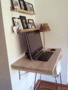 Voor in de woonkamer, een fijn plekje voor de computer. Zelf gemaakt, van steigerhout!