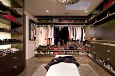 begehbarer Kleiderschrank und schön gestaltetes Ankleidezimmer