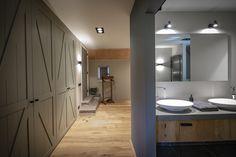 Deze inloopgarderobe en badkamer zijn gekoppeld aan de masterbedroom. De badkamer is middels een loftdeur te scheiden van de garderobe. De garderobe met staldeuren maken de landelijke uitstraling. Living Spaces, Mirror, Interior Design, Bathroom, Frame, Modern, Furniture, Home Decor, Cloakroom Basin