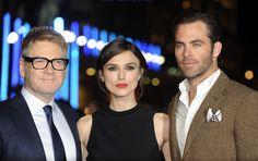 El director inglés Kenneth Branagh posa con los actores Chris Pine y Keira Knightley a su llegada para el prestreno de su última película 'Jack Ryan: Shadow Recruit' en Londres, Reino Unido el 20 de enero de 2014