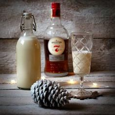 Nikdy bych neřekla, že výměna rumu v mém tradičním receptu bude mít takový vliv na konečnou chuť. Nedávno jsem domácí vaječný koňak otestovala na vánočním blogerském srazu a měl obrovský úspěch. 400 ml smetany ke… Beverages, Drinks, Hot Sauce Bottles, Glass Of Milk, Smoothie, Rum, Food And Drink, Vegetables, Cooking