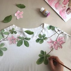 Fabric Paint Shirt, Fabric Painting On Clothes, Dress Painting, Paint Shirts, T Shirt Painting, Painted Clothes, Silk Painting, Painting On Hand, Saree Painting Designs