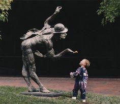 Série de fotos mostra a ingenuidade de crianças interagindo com esculturas