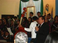 El Maestro Ramón Rodríguez anunciando los villancicos